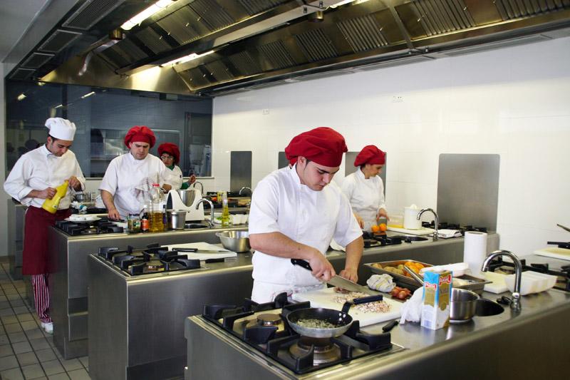 32 j venes desempleados participan en dos cursos de for Cursos de cocina en las palmas