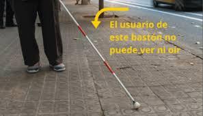 Un bastón rojo-blanco que identifica a las personas con sordoceguera
