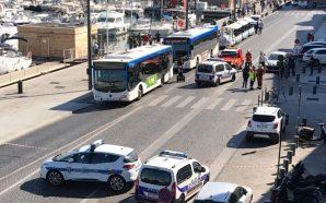 Un coche se empotra contra dos paradas de autobús en…