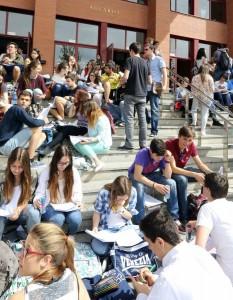 Alumnos a las puertas del aulario de Valladolid